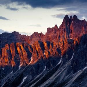 coucher de soleil sur les dolomites lors d'un trek