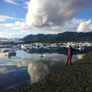 lac avec des icebergs en trekking en Islande